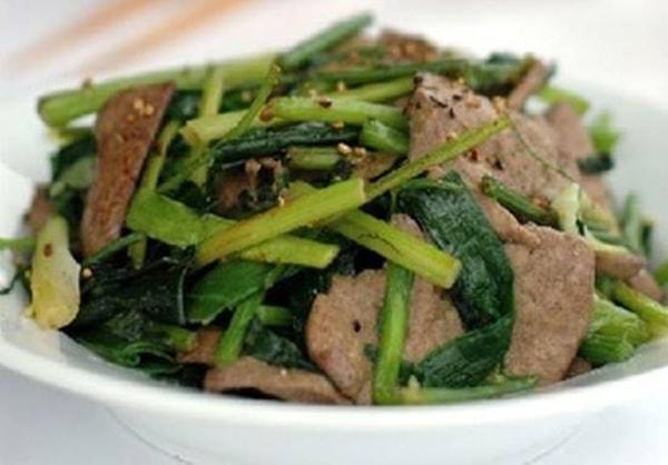 Cách làm món gan lợn xào cần tỏi