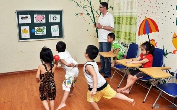 Trẻ có thể học hỏi kiến thức, giao lưu với bạn khi học tại trung tâm