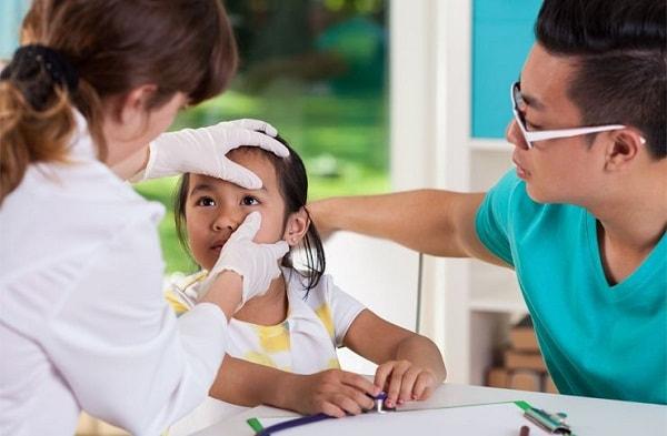 Cho trẻ đi khám mắt khi thấy trẻ có dấu hiệu cận thị