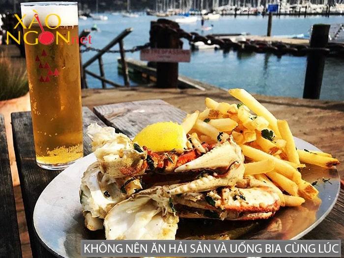 Không nên ăn hải sản và uống bia cùng lúc