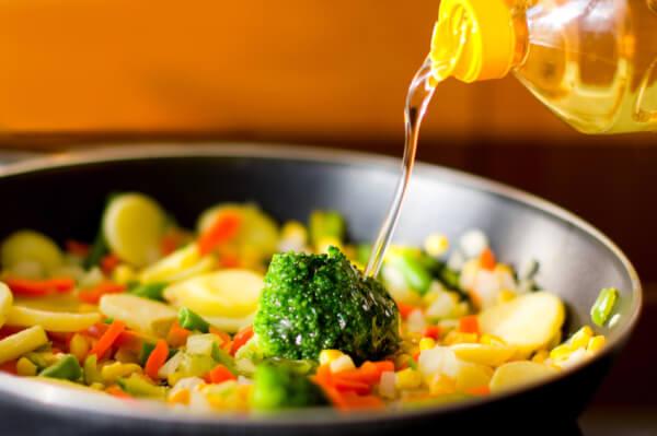 Những sai lầm phổ biến khi sử dụng dầu ăn gây hại tới sức khỏe 4