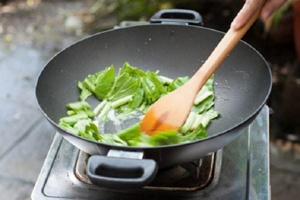 Với các món xào nên dùng dầu ăn hay mỡ lợn? 4