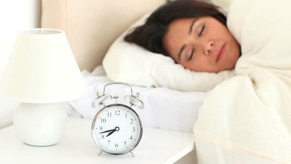 10 suy nghĩ sai lầm về giấc ngủ hầu như ai cũng mắc 1