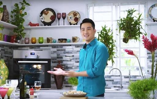 Phi Hùng tươi tắn khoe căn bếp của mình