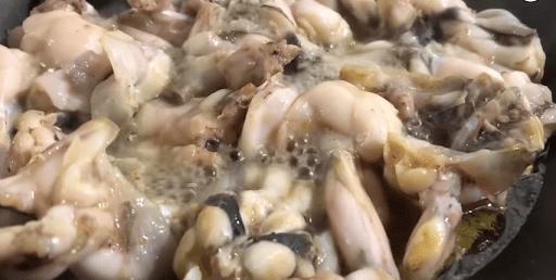 Đến khi thịt ếch hơi vàng, săn lại thì tắt bếp bỏ ra bát riêng
